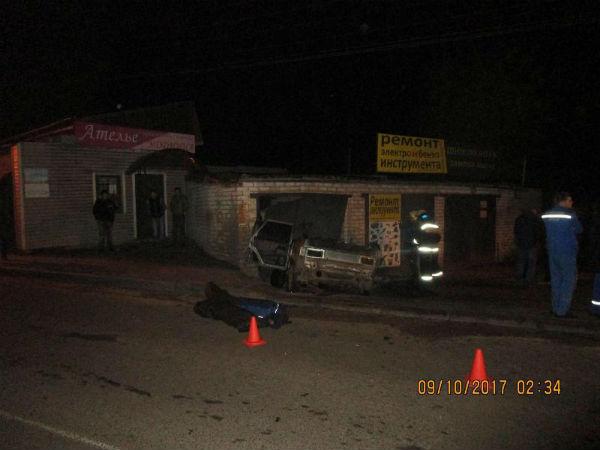 Двое нижегородцев погибли, врезавшись наавтомобиле вгараж